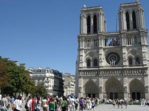 In der prallen Sonne stehen am 4. Juli 2010 viele Menschen Schlange, um Notre Dame zu besichtigen