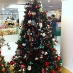 Mit Weihnachtsmanngesichtern, Beeren, künstlichen Tannenzapfen und Kugeln