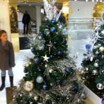 Kleiner klassisch blau-silberner Baum mit Lametta, Kugeln und Sternen