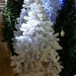 Plastikweihnachtsbäume in weiß