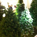 Plastikweihnachtsbäume in grün bzw. in grün mit Schnee