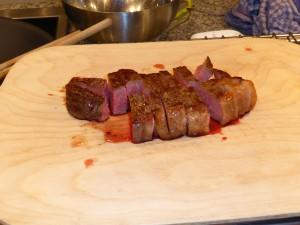 Ein fertig gebratenes, aufgeschnittenes Steak.